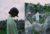 (女性) Amiriのドレス (男性) Givenchyのスーツ、Pradaのシャツ