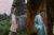 (女性)Blue Erdosのジャケット、Tommy Zhongのシャツ、Brunello Cucinelliのスカート (男性)Acne Studiosのトレンチコート