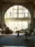 大きな丸窓を通して砂漠の光が建物の内部 を明るく照らす。これにより、アーコサンティで は電力消費量が削減できている。