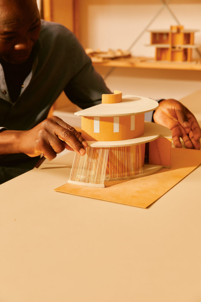 ブルキナファソのパロゴにあるリセ・ショルジェ中学校の給水塔の模型。